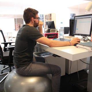 Pourquoi investir dans une balle ergonomique au bureau?